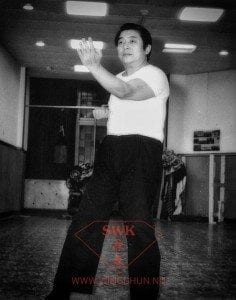 Grootmeester Wang Kiu demonstreert de Kwan Sao